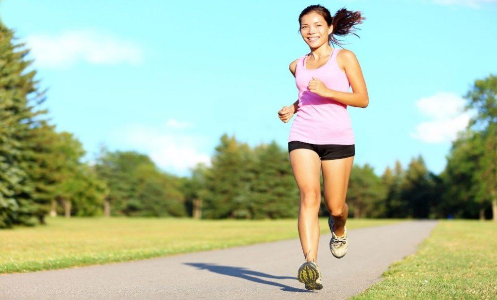 อันดับแรกของการปรับเปลี่ยนนิสัยเพื่อสุขภาพที่ดี คุณควรที่จะตื่นนอนให้เช้าขึ้นกว่าปกติ เพื่อให้คุณได้มีเวลาในช่วงเช้าที่เพิ่มมากขึ้นในการรับประทานอาหารเช้า เพราะโดยส่วนใหญ่แล้วนั้นในช่วงเช้าซึ่งเป็นช่วงเวลาที่เร่งรีบ ผู้คนมักจะไม่ค่อยมีเวลาในการรับประทานอาหารเช้า ซึ่งหากไม่รับประทานอาหารเช้าเป็นระยะเวลานานจนเป็นนิสัยจะส่งผลเสียต่อสุขภาพได้ คุณจึงควรที่จะปรับเปลี่ยนนิสัยการตื่นนอนให้เช้าขึ้นเพื่อที่จะได้รับประทานอาหารเช้า ซึ่งอาหารเช้านั้นก็มีประโยชน์ต่อร่างกายของคุณเป็นอย่างมาก หากอยากจะมีสุขภาพที่ดีอันดับแรกก็ควรที่จะเริ่มจากการหาเวลารับประทานอาหารในตอนเช้า ปรับเปลี่ยนนิสัยในการรับประทานอาหาร โดยเริ่มต้นจากการลดอาหารที่มีรสชาติหวานจัด เค็มจัด เพราะอาหารที่มีรสชาติจัดนั้นหากมีการรับประทานบ่อยครั้งจะส่งผลเสียต่อสุขภาพได้ คุณจึงควรที่จะปรับเปลี่ยนนิสัยเพื่อสุขภาพที่ดีของคุณเองด้วยการหลีกเลี่ยงอาหารที่มีรสชาติจัด หากคุณเป็นคนที่รักสุขภาพแล้วนั้นก็ควรที่จะหลีกเลี่ยงเครื่องดื่มที่มีส่วนผสมของแอลกอฮอล์ทุกชนิดเพื่อสุขภาพที่ดีของตัวคุณเอง เครื่องดื่มที่มีส่วนผสมของแอลกอฮอล์นั้นจะส่งผลเสียต่อสุขภาพเป็นอย่างมากหากมีการดื่มบ่อยครั้ง การจะปรับเปลี่ยนนิสัยเพื่อสุขภาพที่ดีนั้นคุณจึงควรอยู่ให้ห่างจากเครื่องดื่มที่มีส่วนผสมของแอลกอฮอล์มากที่สุดเพื่อสุขภาพที่ดีของตนเอง การออกกำลังกายสามารถที่จะทำได้ทุกที่ ลองปรับเปลี่ยนนิสัยโดยการเคลื่อนไหวร่างกายทุกครั้งเมื่อมีโอกาส ไม่ควรที่จะนั่งอยู่กับที่เป็นเวลานาน ๆ หากคุณมีการเคลื่อนไหวร่างกายบ่อยครั้ง ให้ร่างกายของคุณได้มีการออกกำลังกายอยู่เสมอ สุขภาพของคุณก็จะดีขึ้นได้อย่างแน่นอน ทั้งนี้สุขภาพที่ดีนั้นเกิดจากตัวของเราเองทั้งหมด เพียงแค่มีการปรับเปลี่ยนนิสัยเพื่อสุขภาพที่ดีของตนเองเพียงเล็กน้อยเท่านั้น คุณก็จะสามารถมีสุขภาพที่ดีขึ้นได้แล้ว